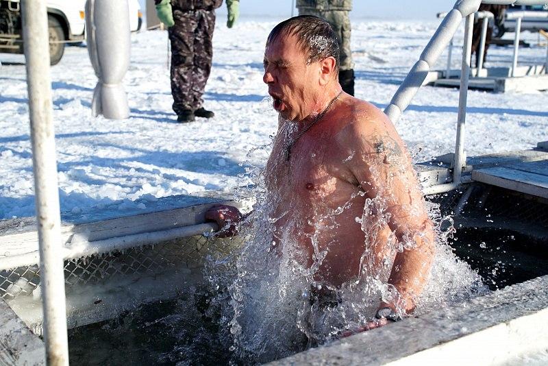 Крещенские купания в Хабаровске проходят при строгом соблюдении антиковидных мер