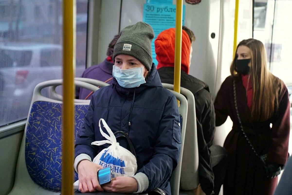 Пассажирам общественного транспорта в Хабаровске дарят маски