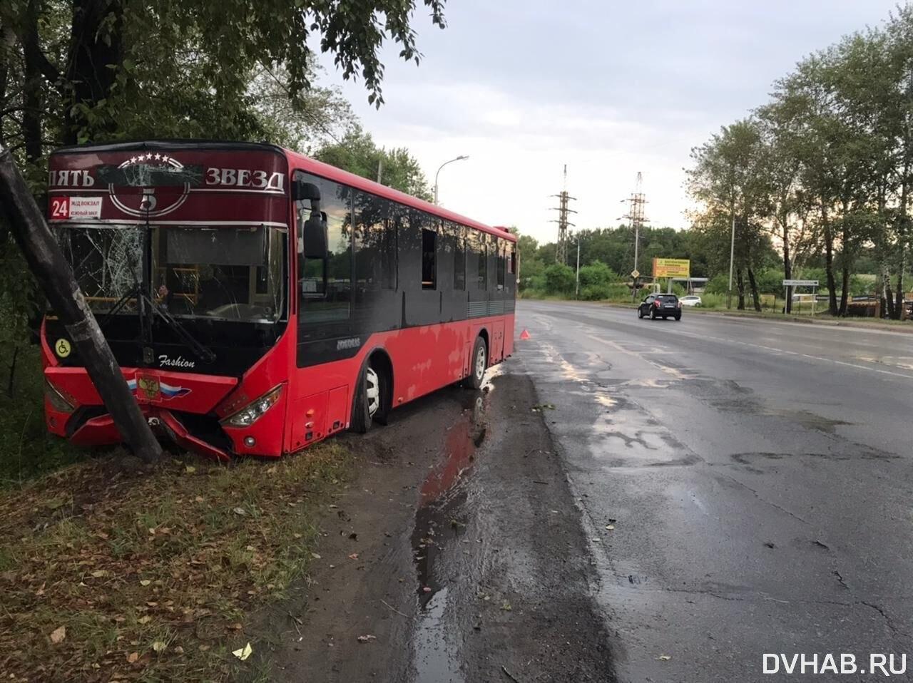 Автобус с пассажирами врезался в столб на хабаровском проспекте