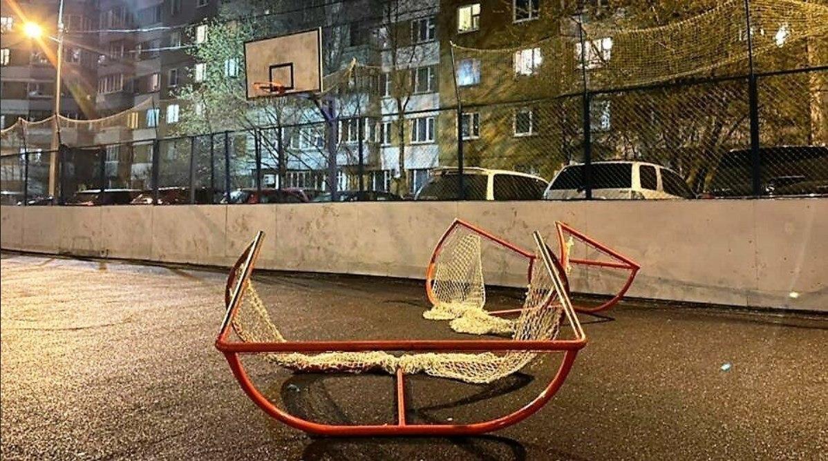 Хоккейные ворота упали на девочку в Хабаровске
