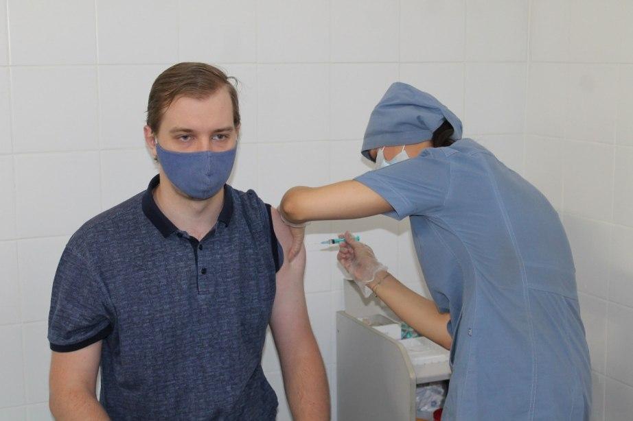 Сделать прививку от COVID-19 жители Хабаровска могут в 8 мобильных пунктах