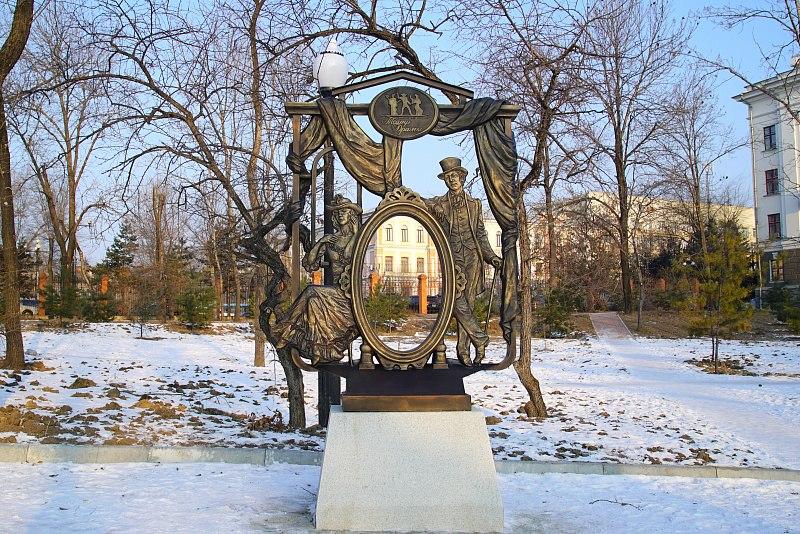 В Театральном сквере Хабаровска установили новую скульптуру
