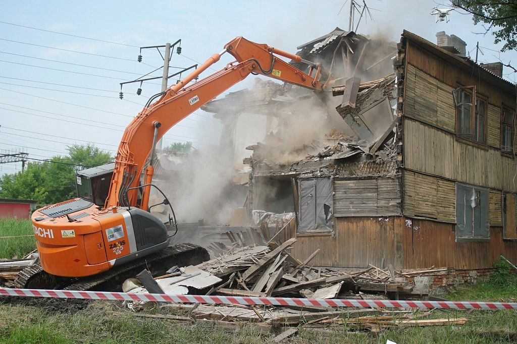 Под снос пошел ветхий дом на проспекте 60-летия Октября в Хабаровске