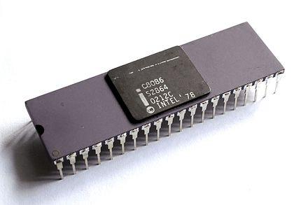 Intel 8086, 1979. 세계 최초의 x86 아키텍처 마이크로프로세서. 이 당시 인텔의 엔지니어들은 전혀 주력 제품이 아니었던 8086 칩의 아키텍처가 이후 인텔의 모든 프로세서를 정의하게 될 것이라고는 생각하지 못했다.