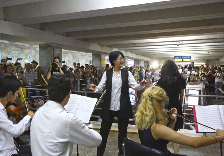 Впервые в ташкентском метро состоялся концерт камерного оркестра.