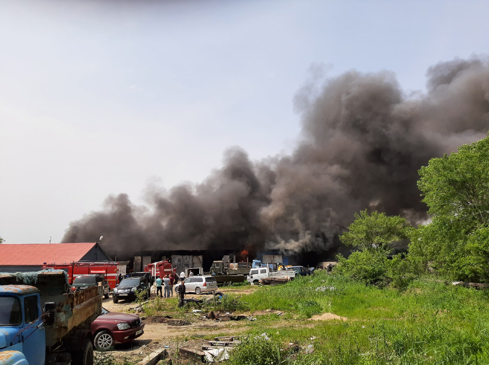 10 авто сгорело при пожаре в Хабаровске