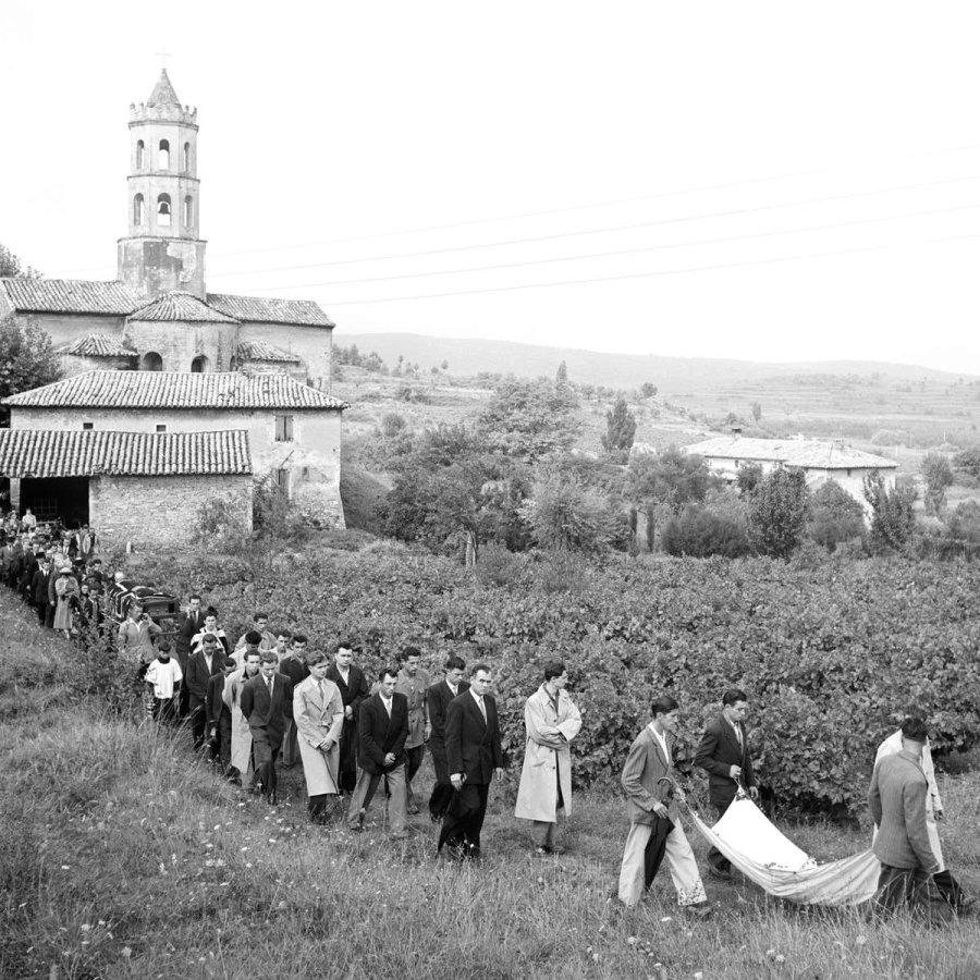 Жители Пон-Сент-Эспри прощаются с усопшим