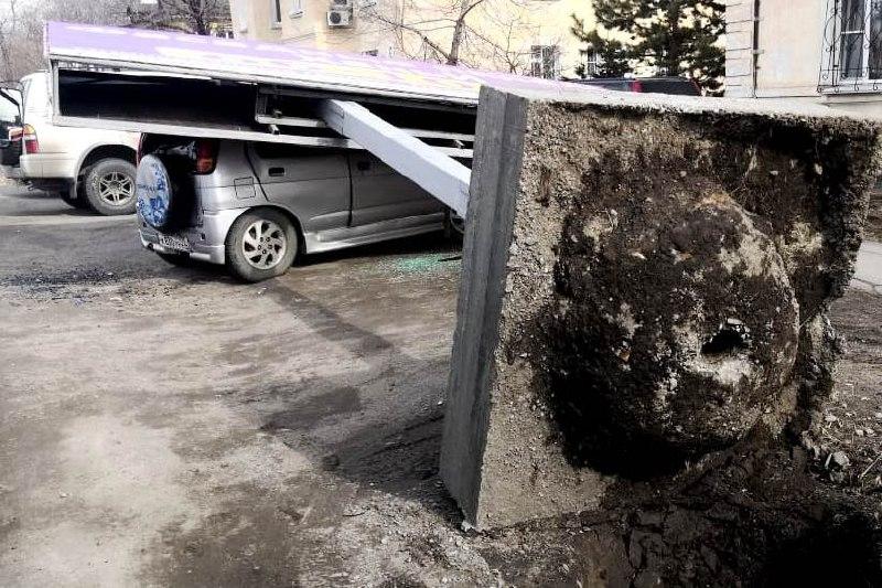 В Хабаровске на автомобиль с человеком упал рекламный щит