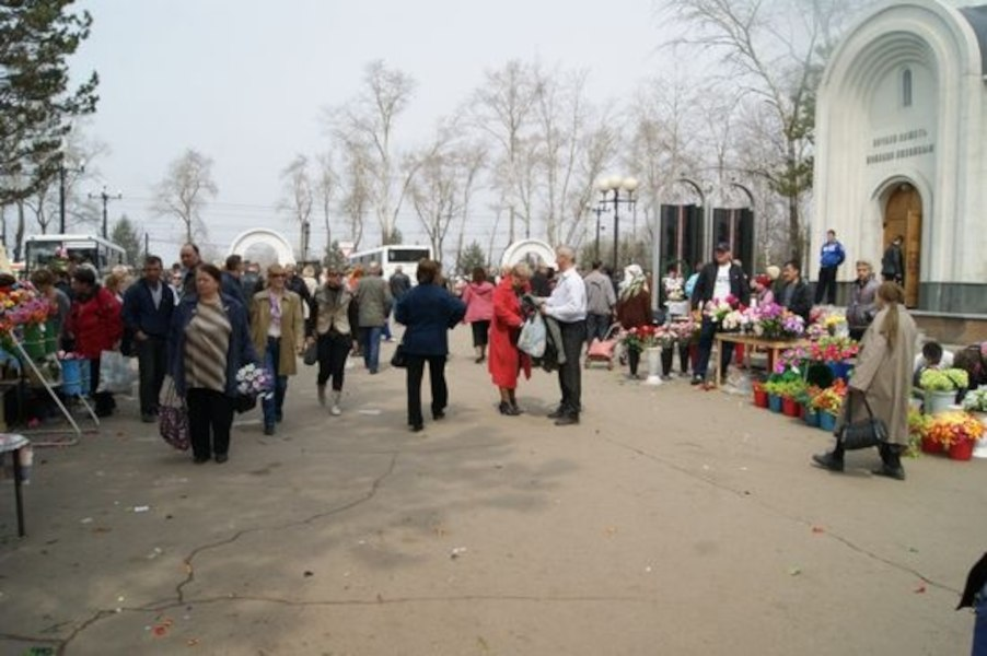 Ажиотаж в канун Родительского дня на кладбищах Хабаровска