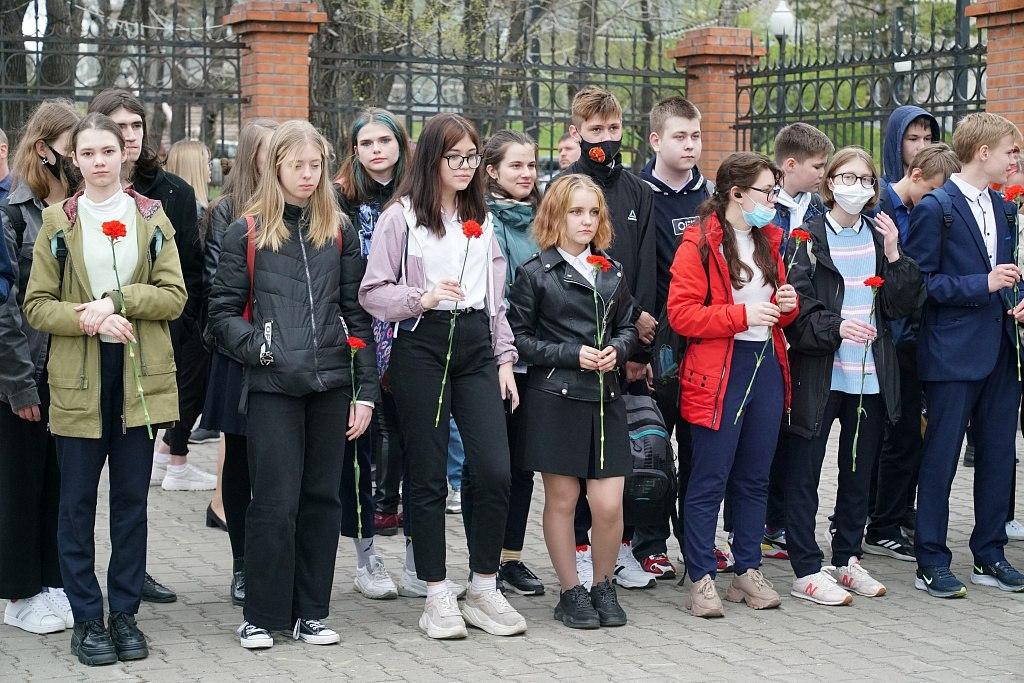 Жители Хабаровска несут цветы в память о погибших в Казани