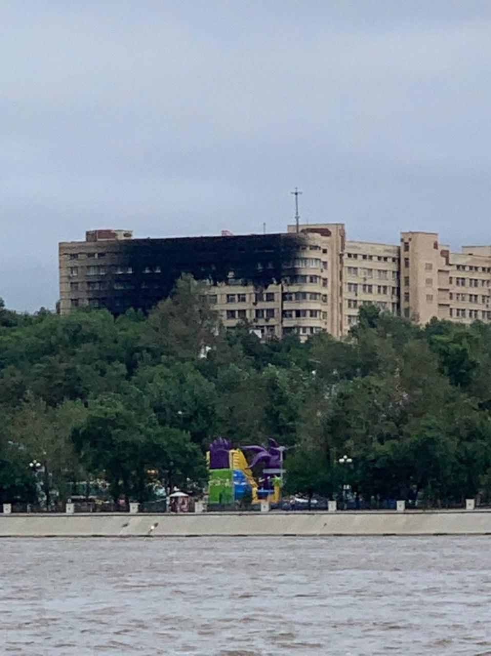 Сильный пожар на территории военного госпиталя в Хабаровске