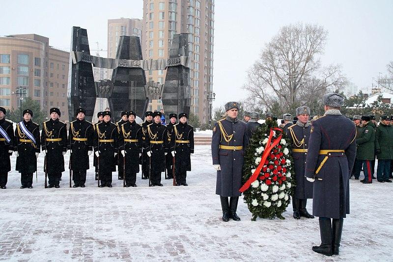 В Хабаровске возложили цветы к Вечному огню в честь Дня защитника Отечества