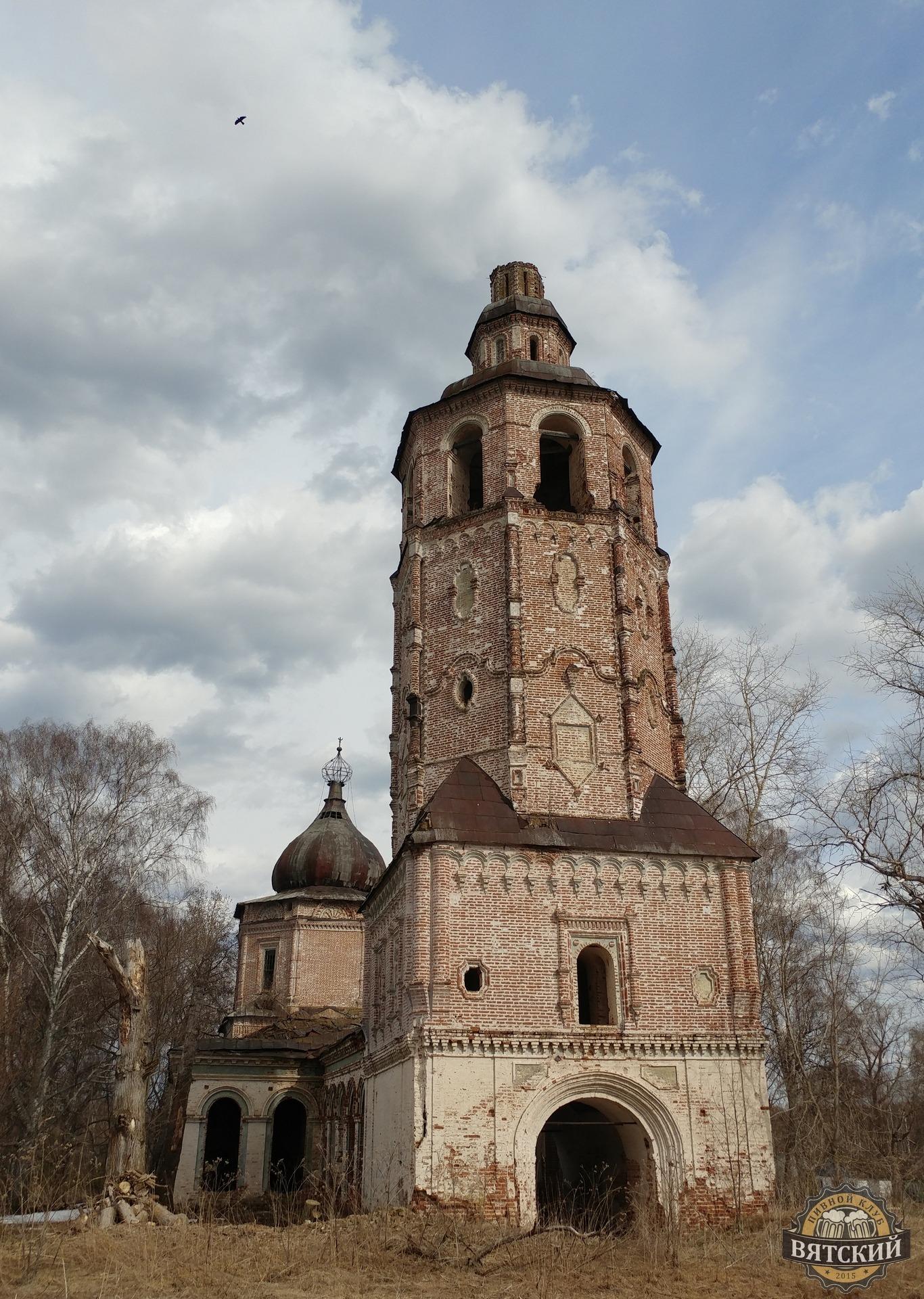 Колокольня Спасской церкви (построена в 1773 году). Вы можете заметить, что колокол просто так нельзя было сбросить, поэтому пришлось разломать нижнюю часть кладки.