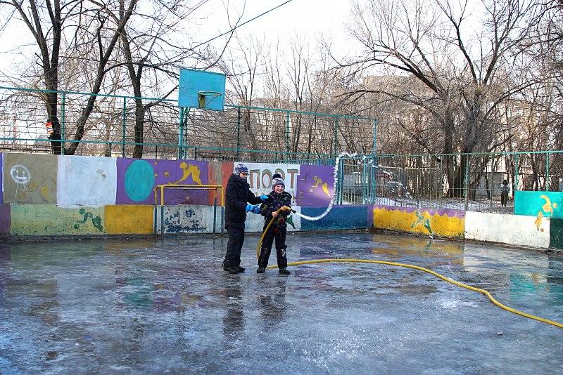 В Хабаровске идет заливка дворовых хоккейных коробок