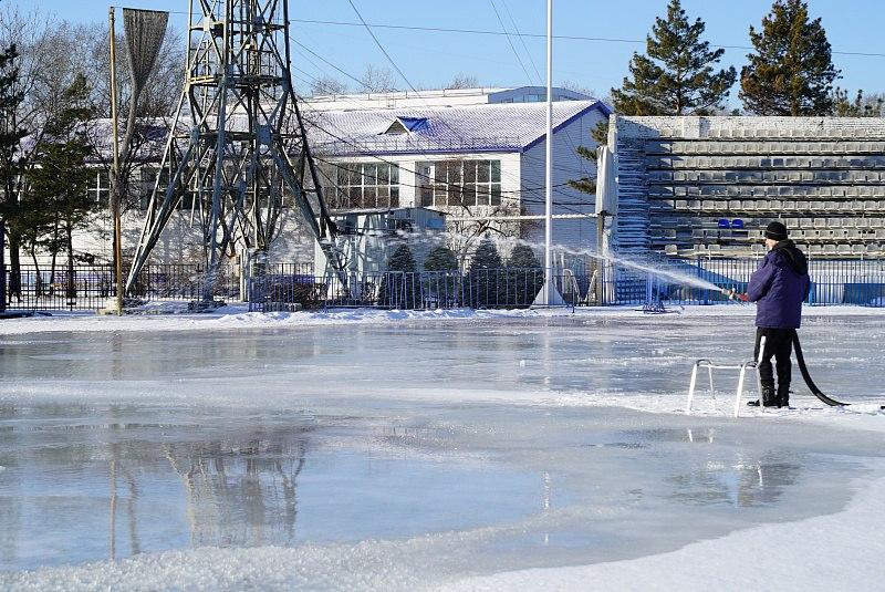 В Хабаровске заливают ледовые стадионы