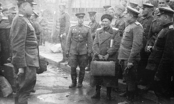 На фото: выдача казачьего генерала Шкуро (в центре, с чемоданом) представителям СССР.