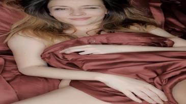 Desnuda y llamándote