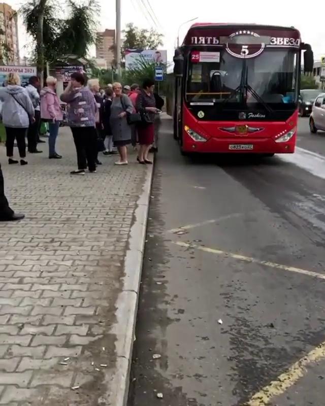 Водитель автобуса высадил пассажиров чтобы помолиться