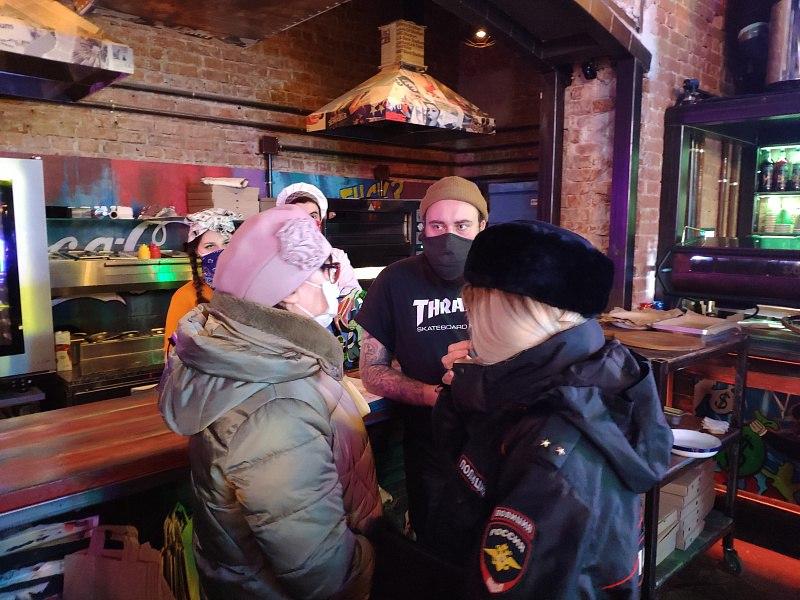 В барах Хабаровска выявили нарушения антиковидного режима