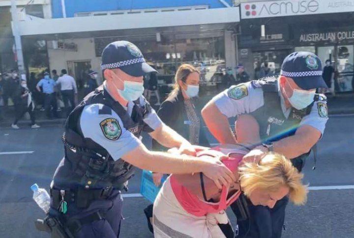 На фото к посту австралийские копы причиняют добро и спасают от коровавируса несознательную гражданку, вышедшую на мирный протест против 6го (!) по счёту лохдауна в Мельбурне. А вы что подумали?