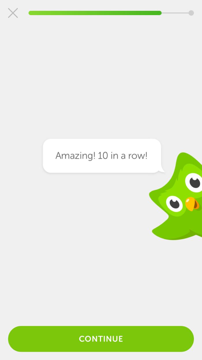 Duolingo использует свой мультипликационный талисман, чтобы поощрять пользователей на протяжении всего процесса обучения. Здесь приложение поздравляет пользователей с правильными ответами на 10 вопросов