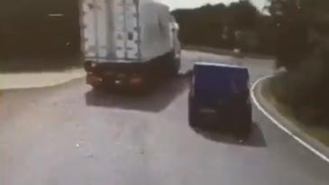 Destrozado al adelantar un camión