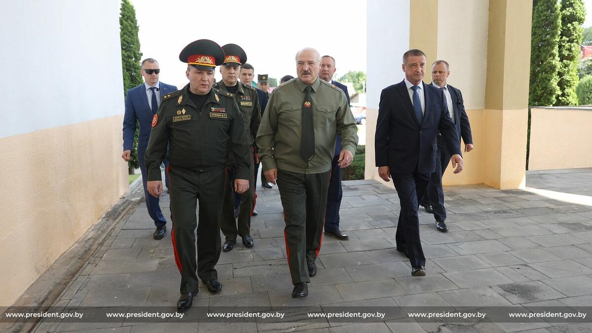 """Лукашенко: """"Председателям райисполкомов и облисполкомов надо научиться  воевать"""""""