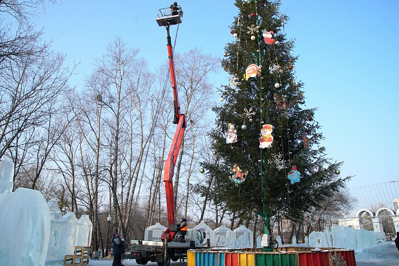 Десятки километров гирлянд засверкают на улицах Хабаровска к Новому году