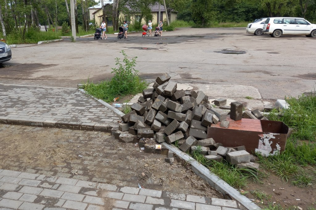 Вандалы разгромили сквер в Хабаровске и спорт площадку