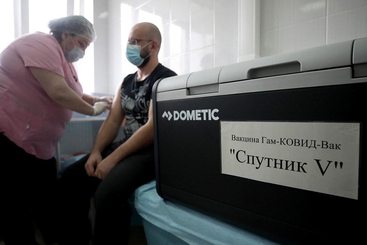 """Вакциной """"Спутник V"""" начнут прививать медработников старше 60 лет"""