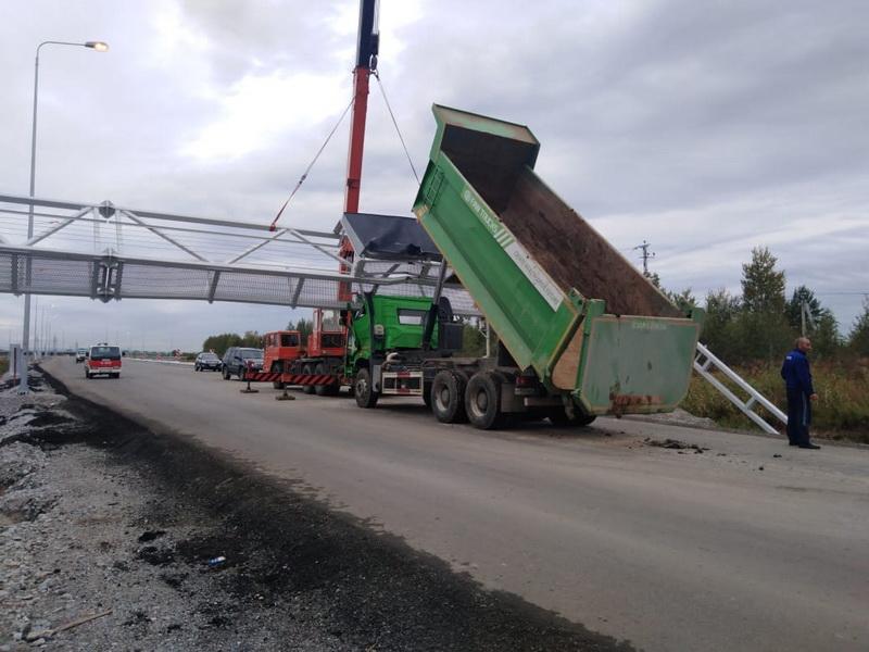 Самосвал зацепился кузовом в Хабаровске (ДТП)