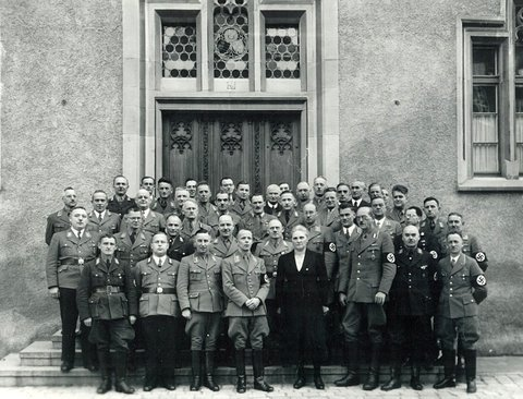 NS-Funktionäre vor dem Ravensburger Rathaus im Jahr 1938