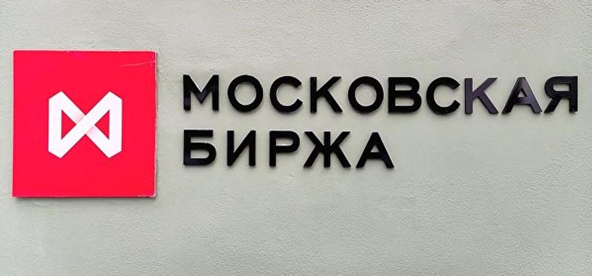 Рубль укрепляется на фоне многонедельных максимумов нефти