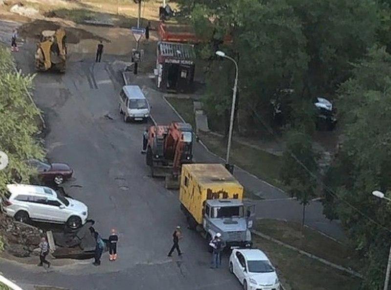 Прорыв водопровода затопил Уссурийский бульвар в Хабаровске