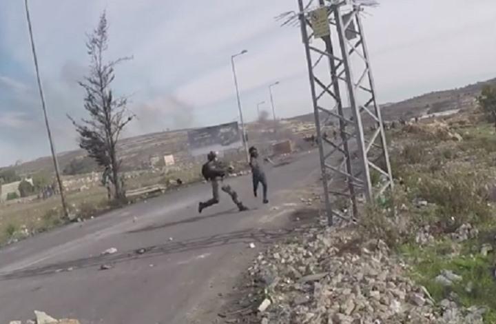 لقطة مثيرة لإفلات شاب فلسطيني من الاعتقال