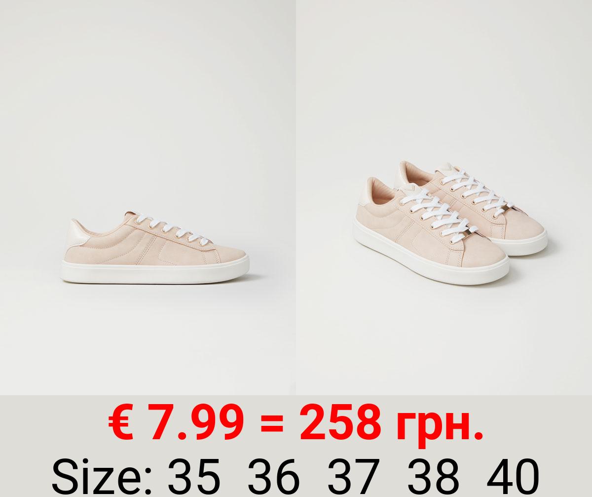 Sneakers with contrast heel
