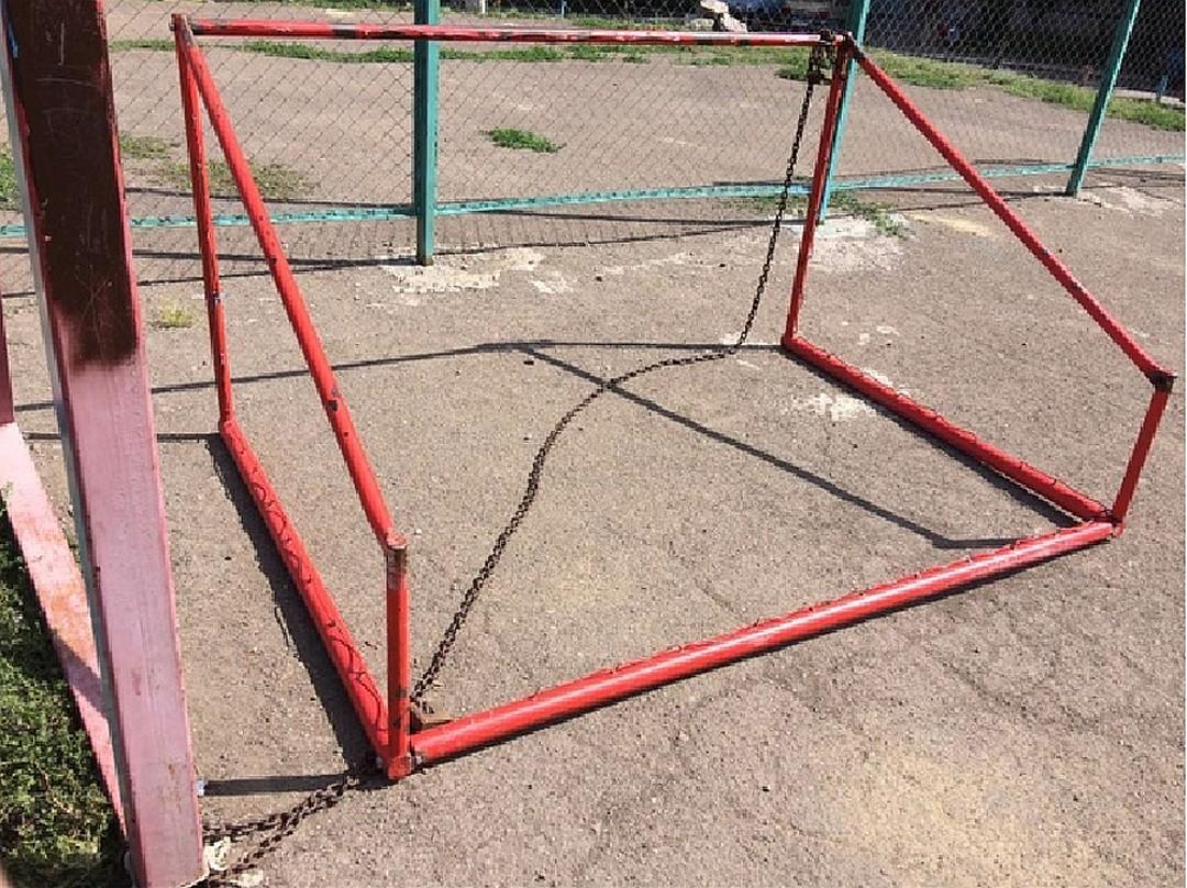Футбольные ворота упали на ребенка в Хабаровске