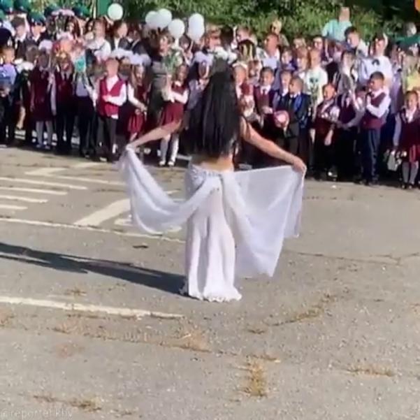 День знаний в школе Хабаровска отметили танцем живота (1 сентября)