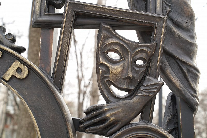 Все скульптуры в «Театральном сквере» заняли свои постаменты