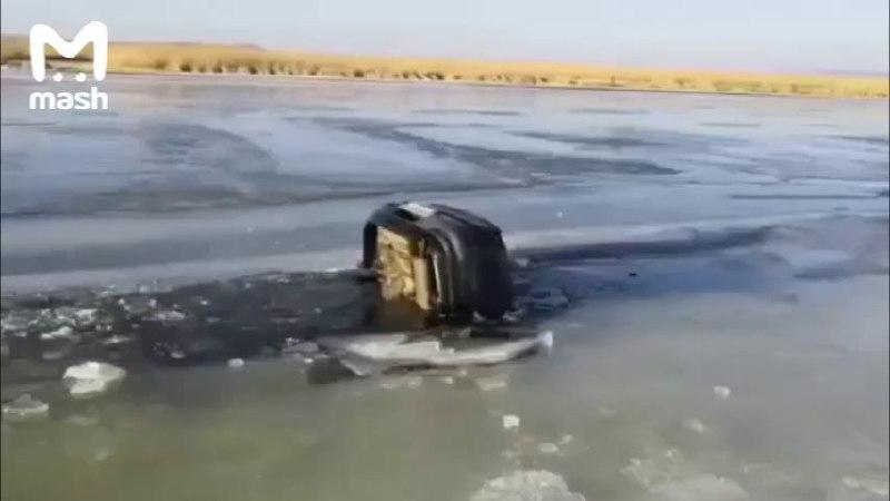 В Приморье провалилась под лед машина с тремя детьми