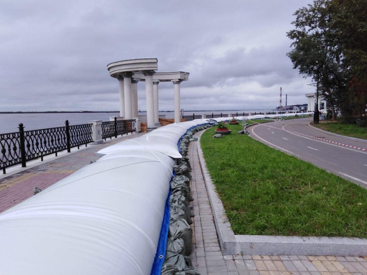 Водоналивную дамбу установили на набережной Хабаровска