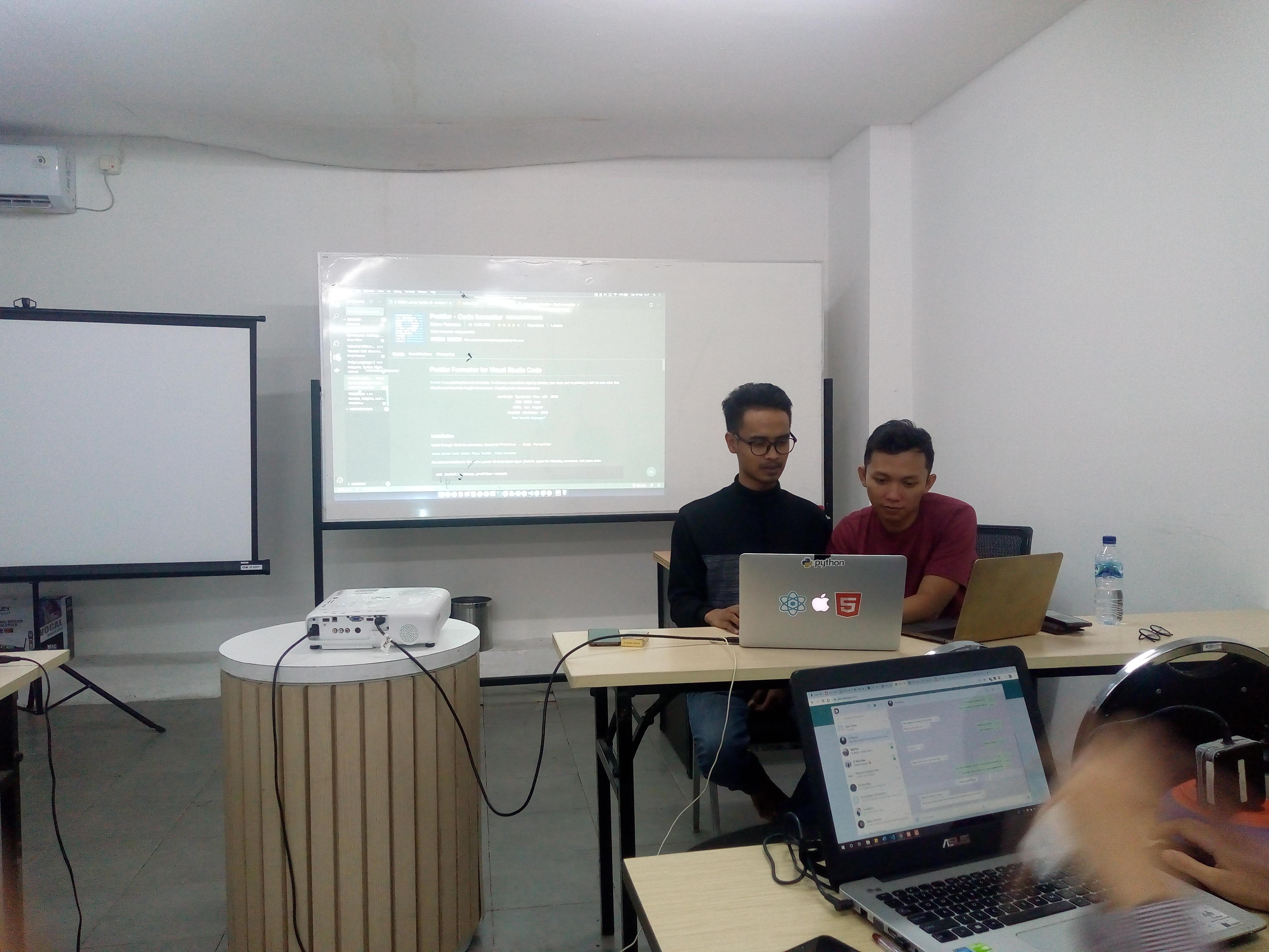 Antoni dan Arryangga Sedang mengajar JavaScript