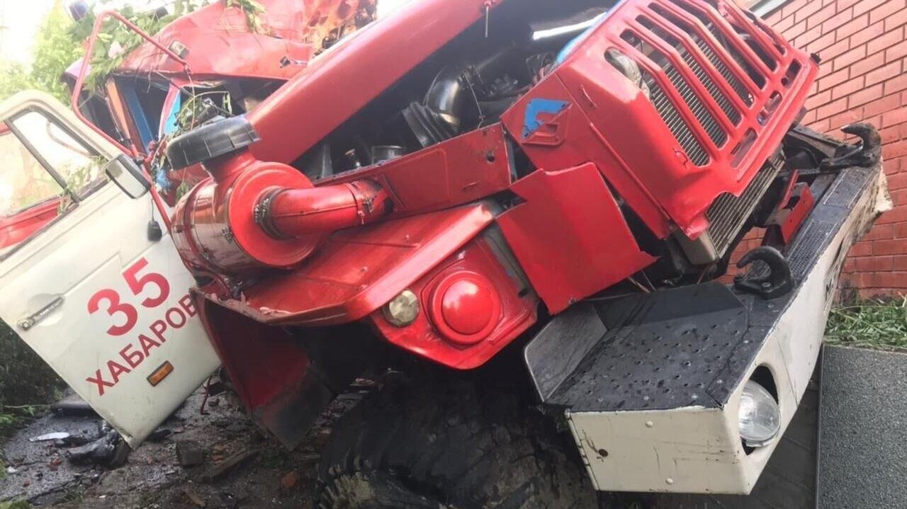 Пожарная машина влетела в забор под Хабаровском