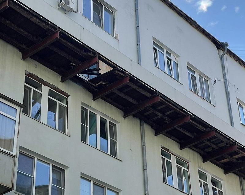 Хабаровчанин вышел покурить и рухнул вместе с балконом