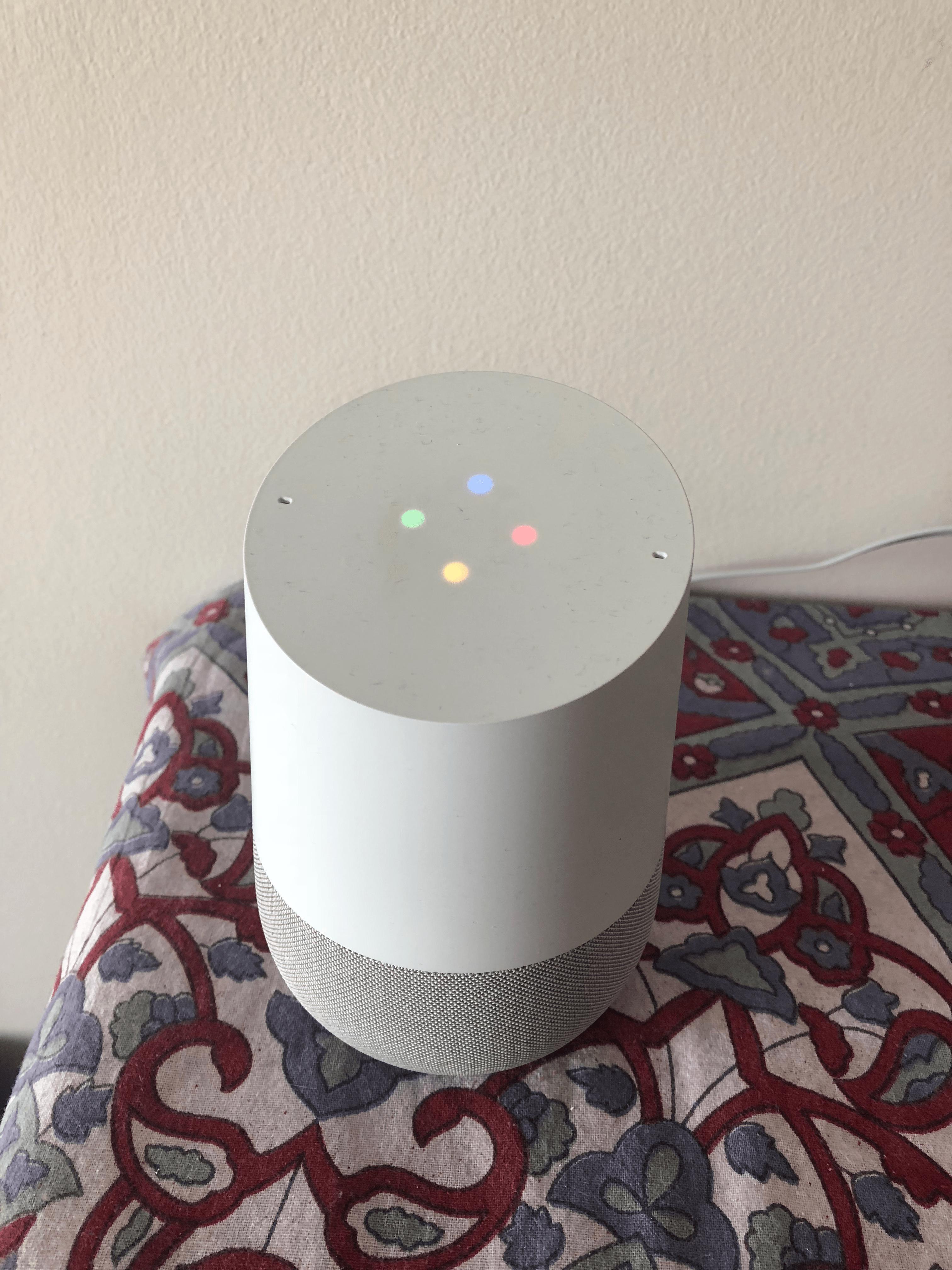 """Google Home загорается при прослушивании триггера """"Hey, Google"""" чтобы сообщить, что устройство находится в режиме ожидания и ждет команды от пользователя."""