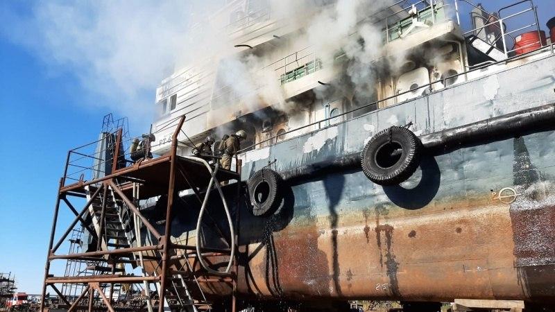 Судно с топливом загорелось в Хабаровске