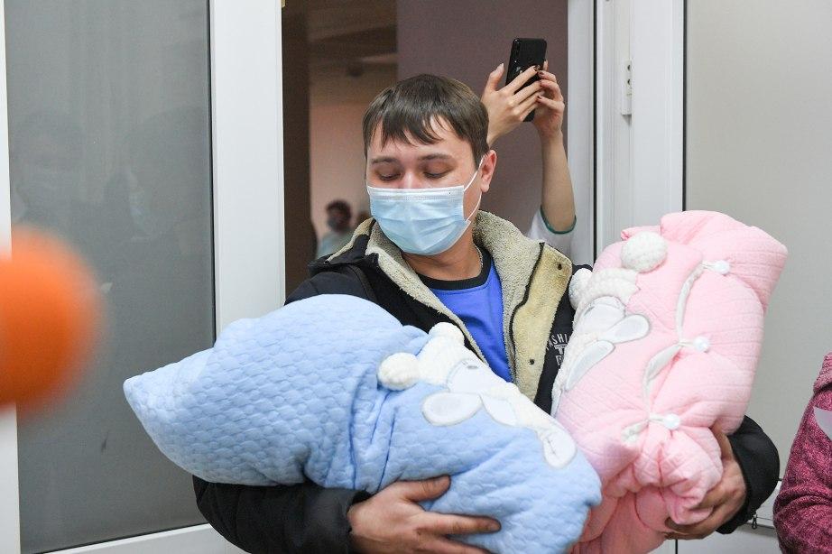 Подарочные наборы для новорожденных будут вручать при выписке в родильных домах края