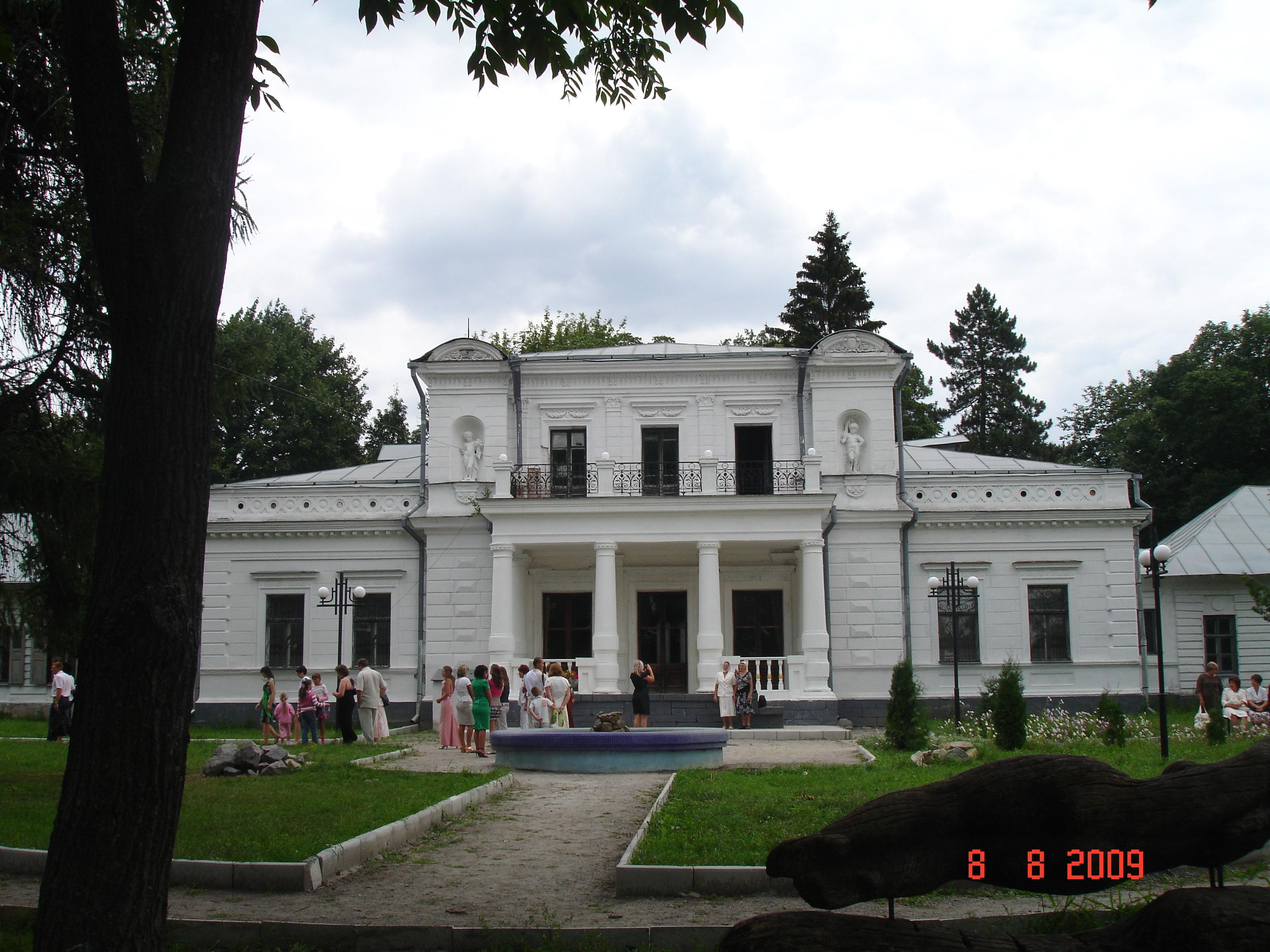 Тростянець. Палац (1762; перебудований наприкінці ХІХ ст.). Фото — Тетяна Чернецька (2009).