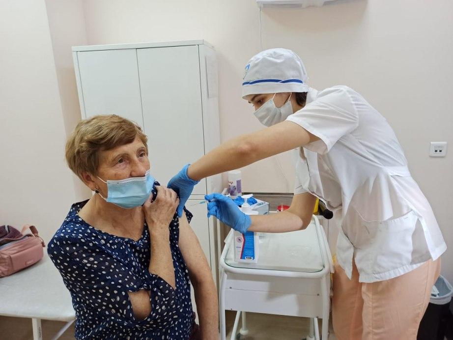 Россиянам старше 60 лет разрешили вакцинироваться «Спутником Лайт» от COVID-19