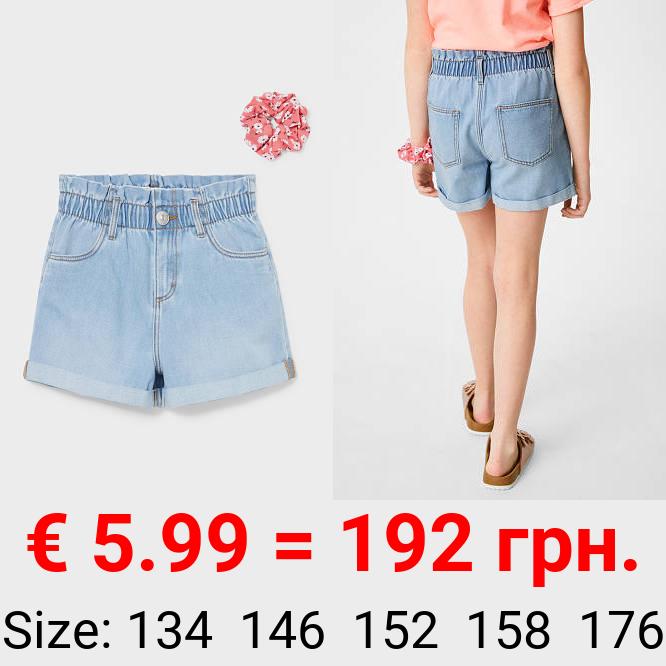 Set - Jeans-Shorts und Haargummi